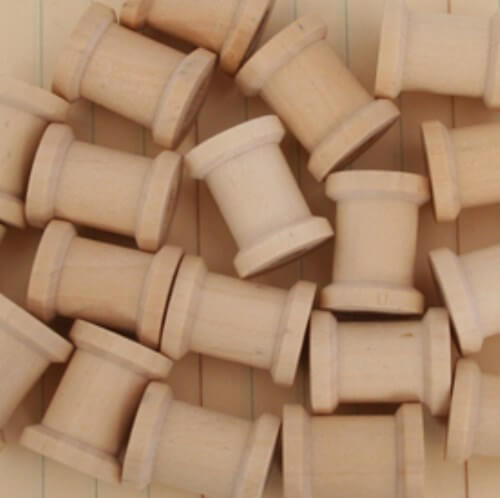 карточки с указанием мест гостей идеи для свадьбы своими руками шпульки из дерева