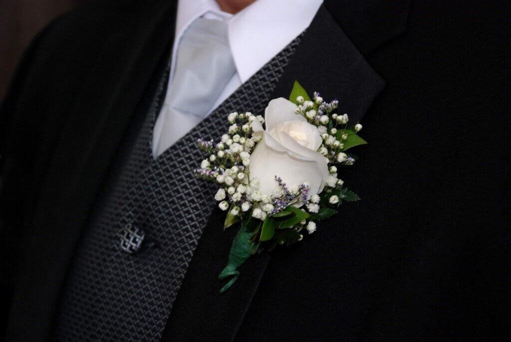белая бутоньерка из розы